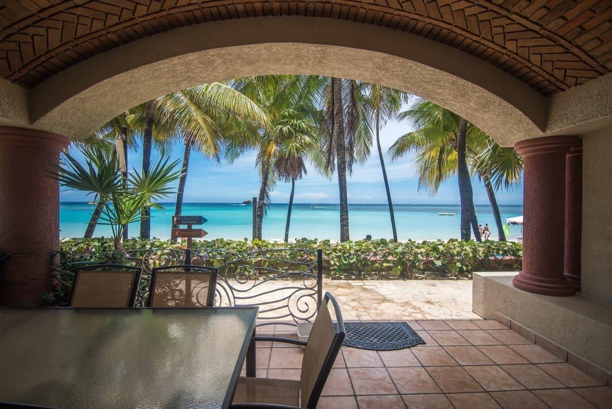 Las Sirenas Luxury Beachfront Condo 3, Roatan,